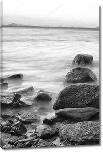 скалы и вода - черно-белый