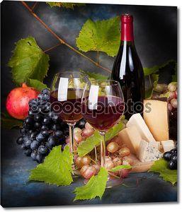 Бокалы с вином, сыр и виноград
