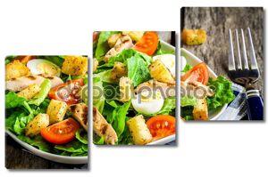 Салат Цезарь с гренками, перепелиные яйца, помидоры черри и поджаренной на гриле курицей