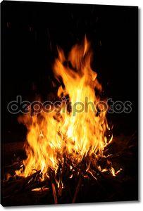 горение пламени или пожара, изолированные на черном фоне