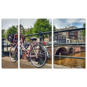 розовый припаркованных велосипедов рядом с каналом в Амстердаме