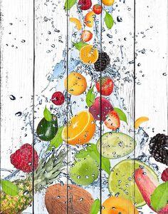 Разнообразные фрукты и ягоды в потоке воды