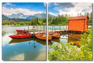 красочные лодки на горном озере, Штрбске Плесо, Словакия, Европа