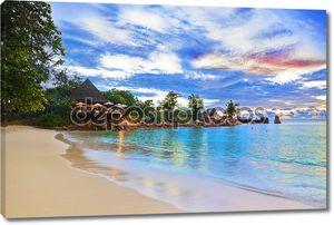 Кафе на тропическом пляже на закате