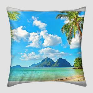 Вид из окна на пляж с пальмами