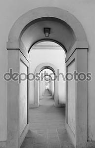 бесконечные арочные дверные проемы, повторяющиеся к бесконечности