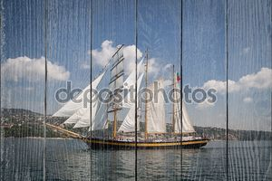 Старый корабль с белыми парусами в море