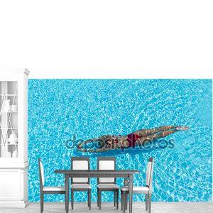 Женщина с купальник, плавательный бассейн с голубой водой