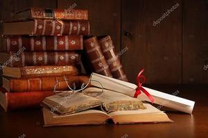Куча старых книг с бокалами на стол
