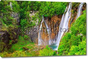 Великолепные водопады в парке