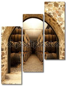 Бочки с вином в подвале