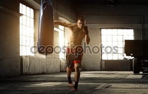 молодой человек бокс тренировки в старом здании