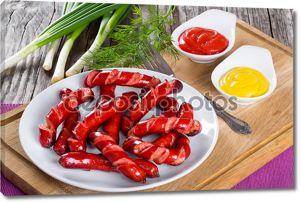 Жареные колбаски на белом блюде, макро