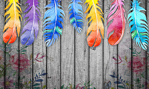 Яркие перья на заборе