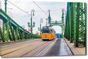 БУДАПЕСТ, ХАНГАРИЯ - июнь 2017 г.: Мост Свободы или Мост Свободы и желтый трамвай в Будапеште, Венгрия .