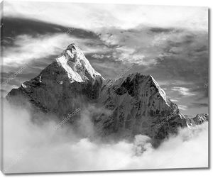 черно-белый вид Ама-Даблам с и красивые облака - Национальный парк Сагарматха - Долина Кхумбу - путь на Эверест базовый кулачок - Непал