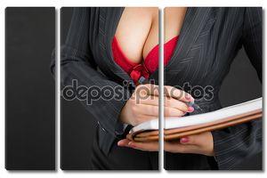 Сексуальная деловая леди, носящая красный лифчик