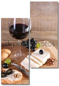 красивый Натюрморт с вином, сыром и спелый виноград