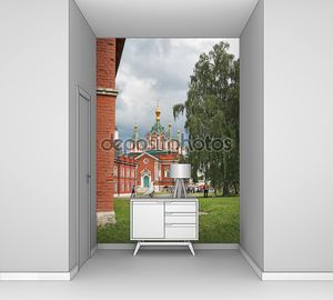Коломна, Россия - 14 июня: туристы идут в пределах uspensky brusensky монастырь в коломенском Кремле, Россия 14 июня 2014