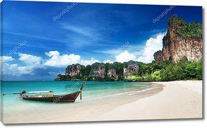 Лодка островитян на берегу
