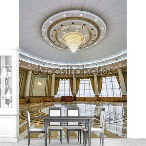 Интерьер колонного зала с люстрой