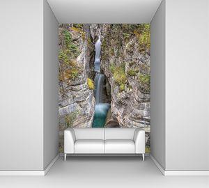 льющийся каскадом водопад