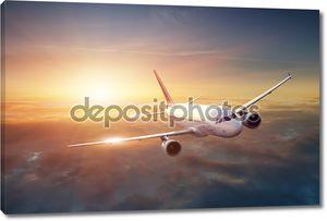 Самолет летит в закат