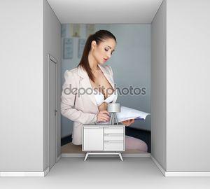 Сексуальная секретарша в нижнем белье на стол