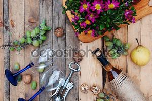 Натюрморт с белым вином и цветами