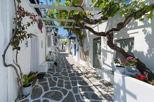 Милая улочка с белыми домами