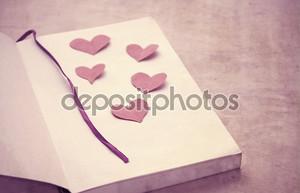 Бумажные сердечки на книгу