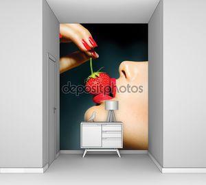 Сексуальная женщина ест клубнику. Чувственный ярко-красные губы