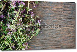 фон на деревянном столе свежего тимьяна