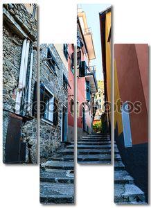 узкие улицы в деревне Манарола, Чинкве-Терре, Италия