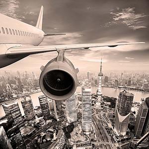Самолет и вид на город с высоты