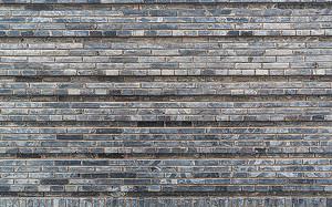 Неровная кирпичная стена