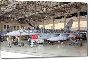 Monte real, Португалия-7 апреля: Португальский f-16 на ангар для технического обслуживания на апреля 7,2011 в Монте-Реал, Португалия