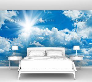 Синий пасмурное небо с солнцем
