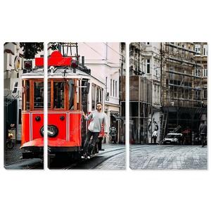 Человек в ретро-трамвае на улице Истикляль Таксим в Стамбуле. Человек на общественном транспорте. Старые турецкие трамвай на улице Истикляль, Турция. Портрет улыбающийся молодой человек позирует на улице города.