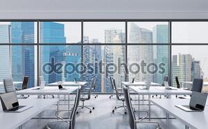 Рабочих мест в современном офисе панорамный, Сингапур с видом на город из окон. Открытое пространство. Белые столы и черные кожаные кресла. Концепция финансового консалтинга. 3D визуализация.