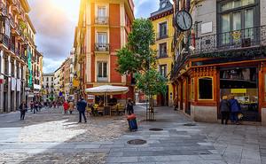 Столики на улице старого города
