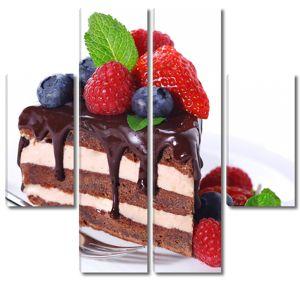 Кусок торта со свежими ягодами