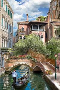 Канал с лодками в солнечной Венеции