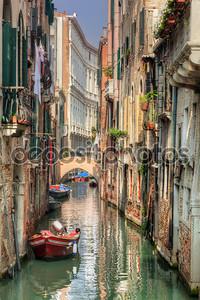 Венеция, Италия. романтический узкий канал и мост