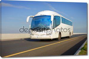 Автобус на шоссе
