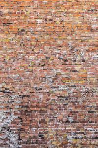 Старая выщербленная  кирпичная стена
