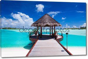 Причал с видом на тропический остров