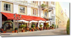Улица с красивым уличным кафе