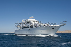 Комфортабельная моторная яхта в море