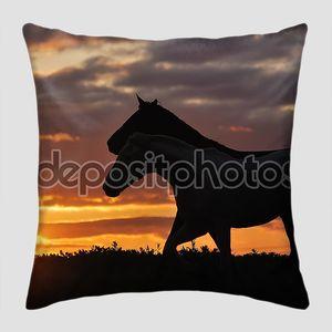 Табун лошадей на закате